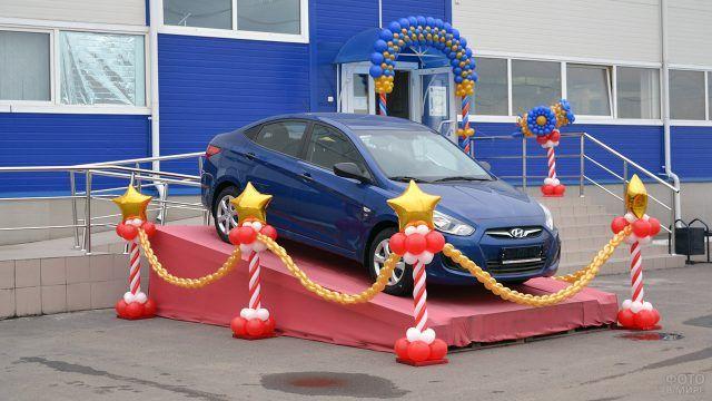 Оформление розыгрыша автомобиля колоннами из воздышных шариков со звёздами