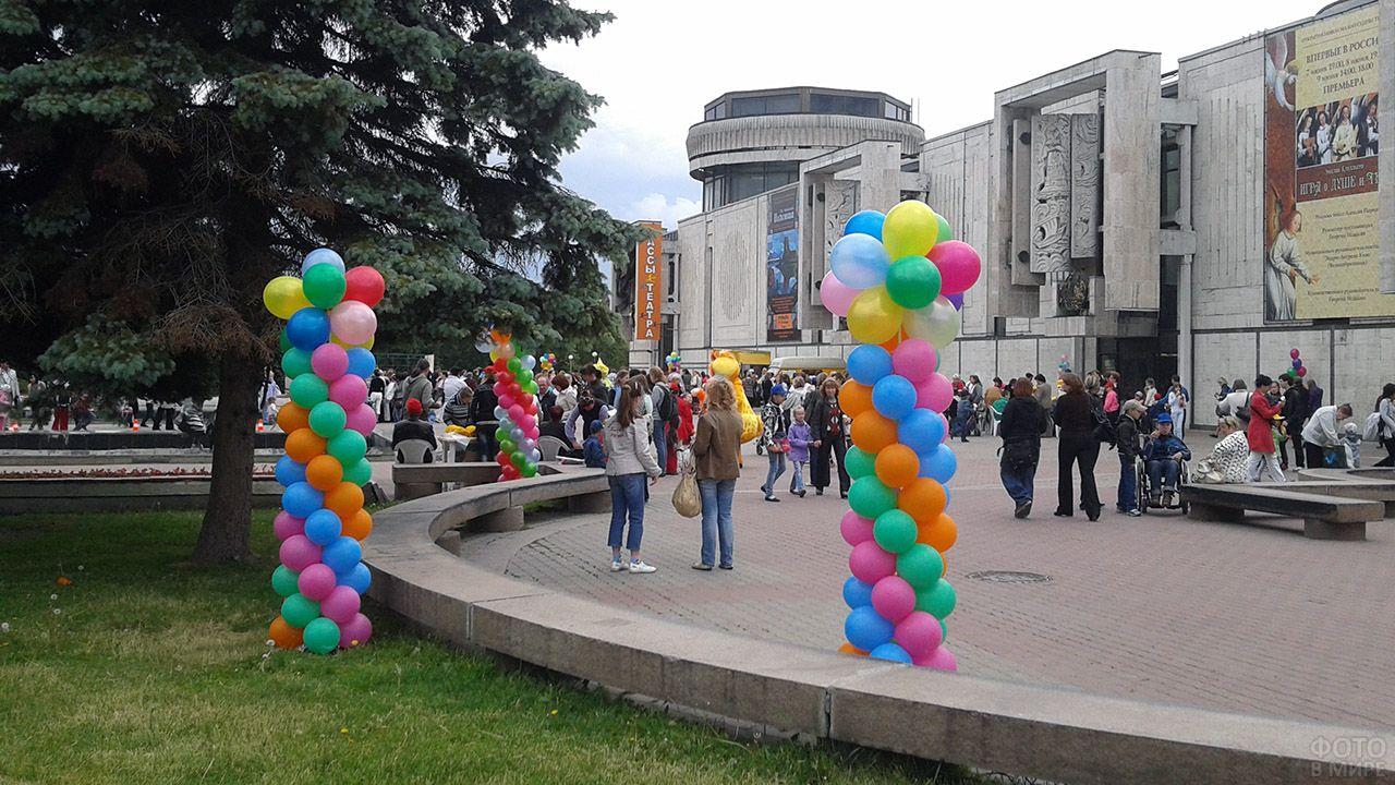 Оформление уличного праздника пёстрыми колоннами из воздушных шариков
