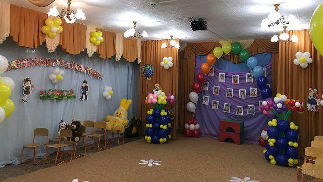 Оформление выпускного в детском саду букетами цветов и радугой из воздушных шариков