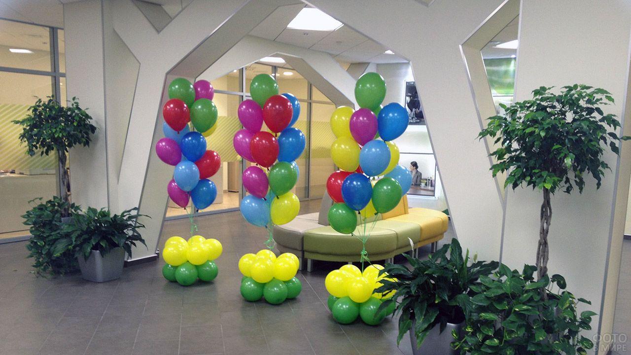 Пёстрые колонны из шариков с гелием