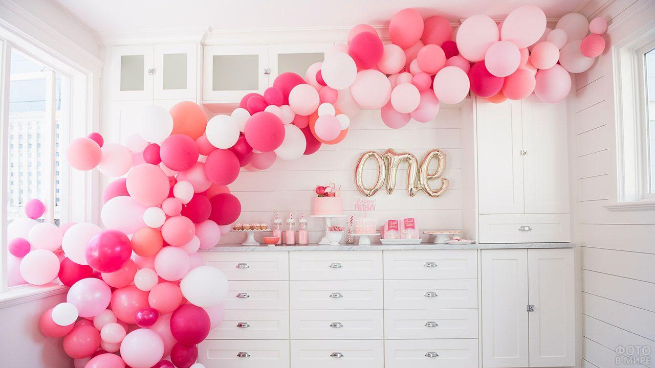Праздничный декор полуаркой розовыми воздушными шарами разных оттенков и размеров