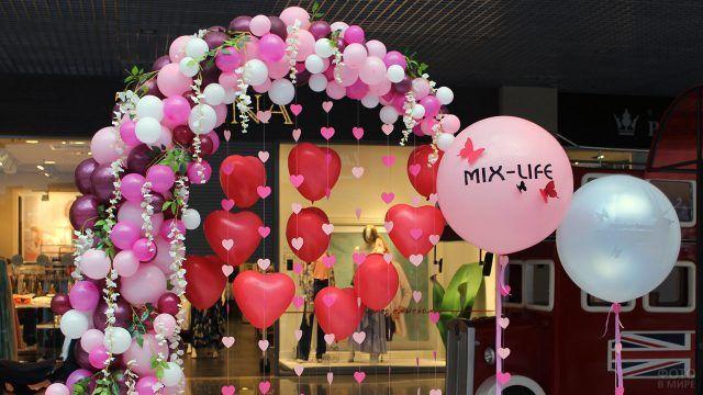 Романтичная арка из розовых шариков и сердечек