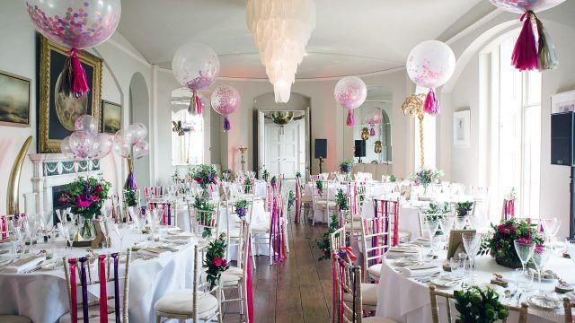Светлый зал с воздушными шариками и цветами
