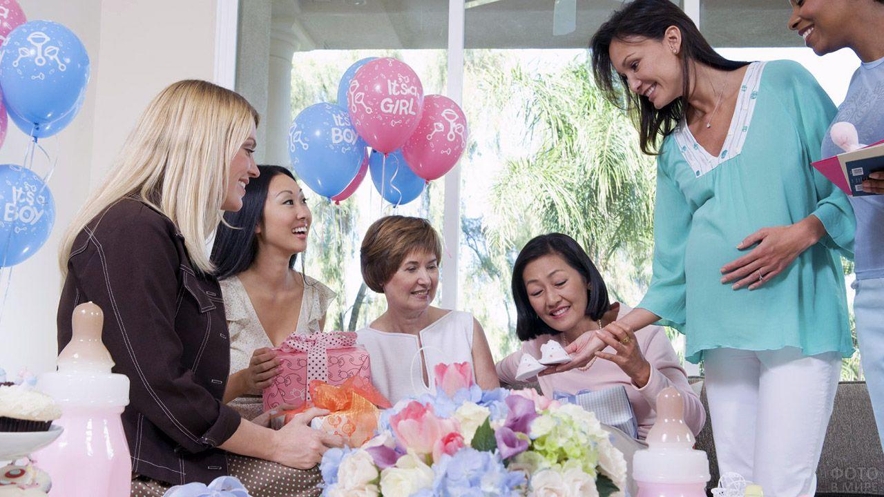 Женщины на сюрприз-вечеринке в комнате с воздушными шариками