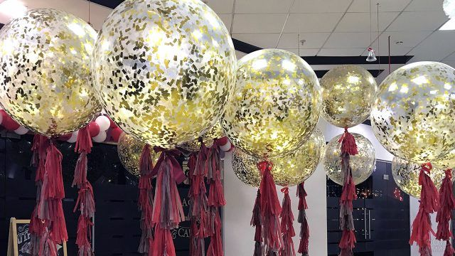 Золотые шарики-гиганты с бордовыми лентами