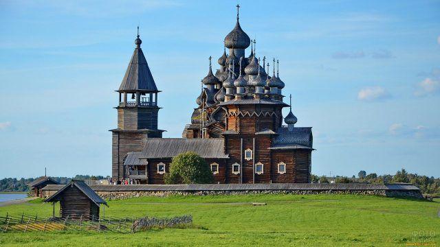 Бревенчатая церковь с серебристыми куполами