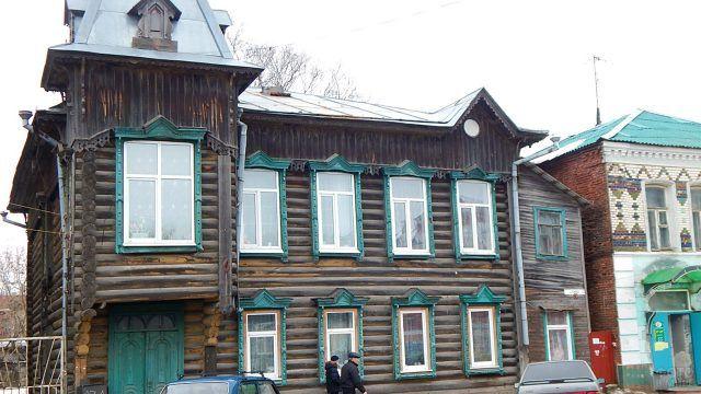 Бревенчатый дом с украшением в стиле модерн