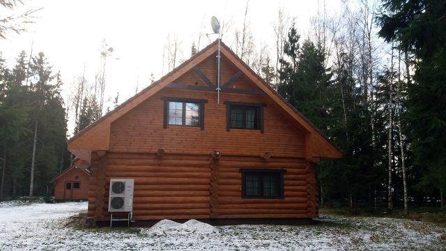 Бревенчатый загородный дом в зимнем лесу