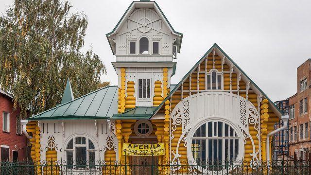 Бревенчатый жёлтый особняк в стиле модерн