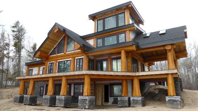 Красивая бревенчатая усадьба с колоннами в канадском стиле