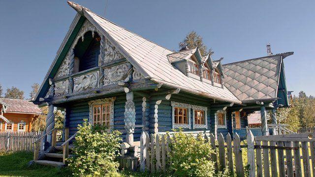 Старорусский дом со сказочной резьбой в ЛенОбласти