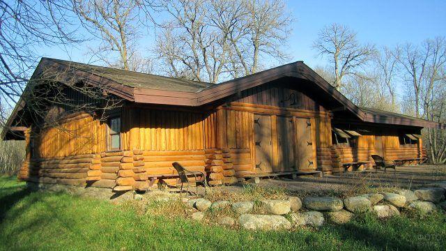 Уединённый бревенчатый домик в осенних горах