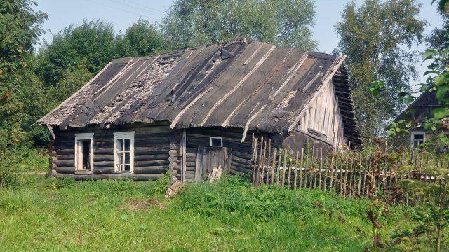 Заброшенный бревенчатый домик