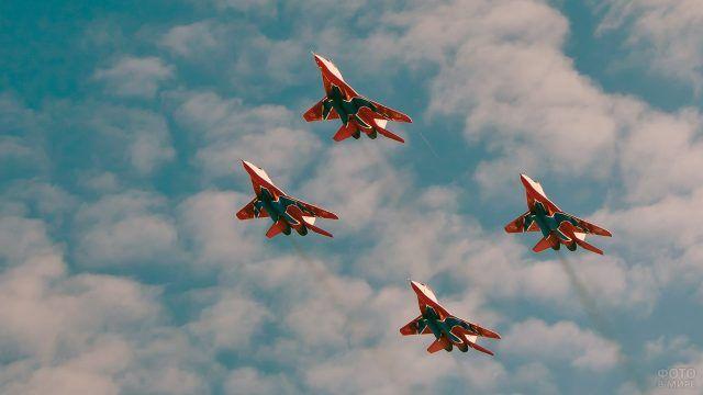 Авиагруппа Стрижи выполняет фигуры высшего пилотажа