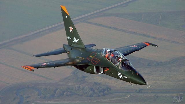 Боевой самолёт ЯК-130 в полёте