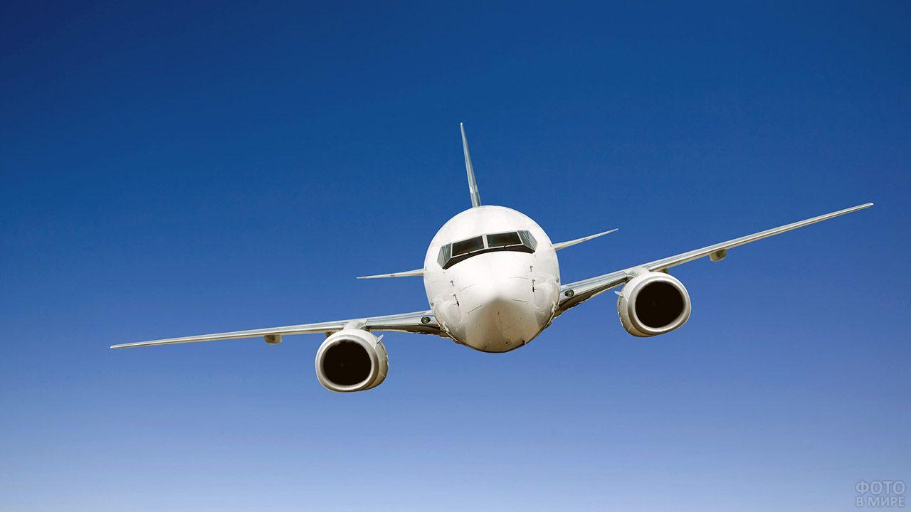 Фронтальный вид летящего самолёта