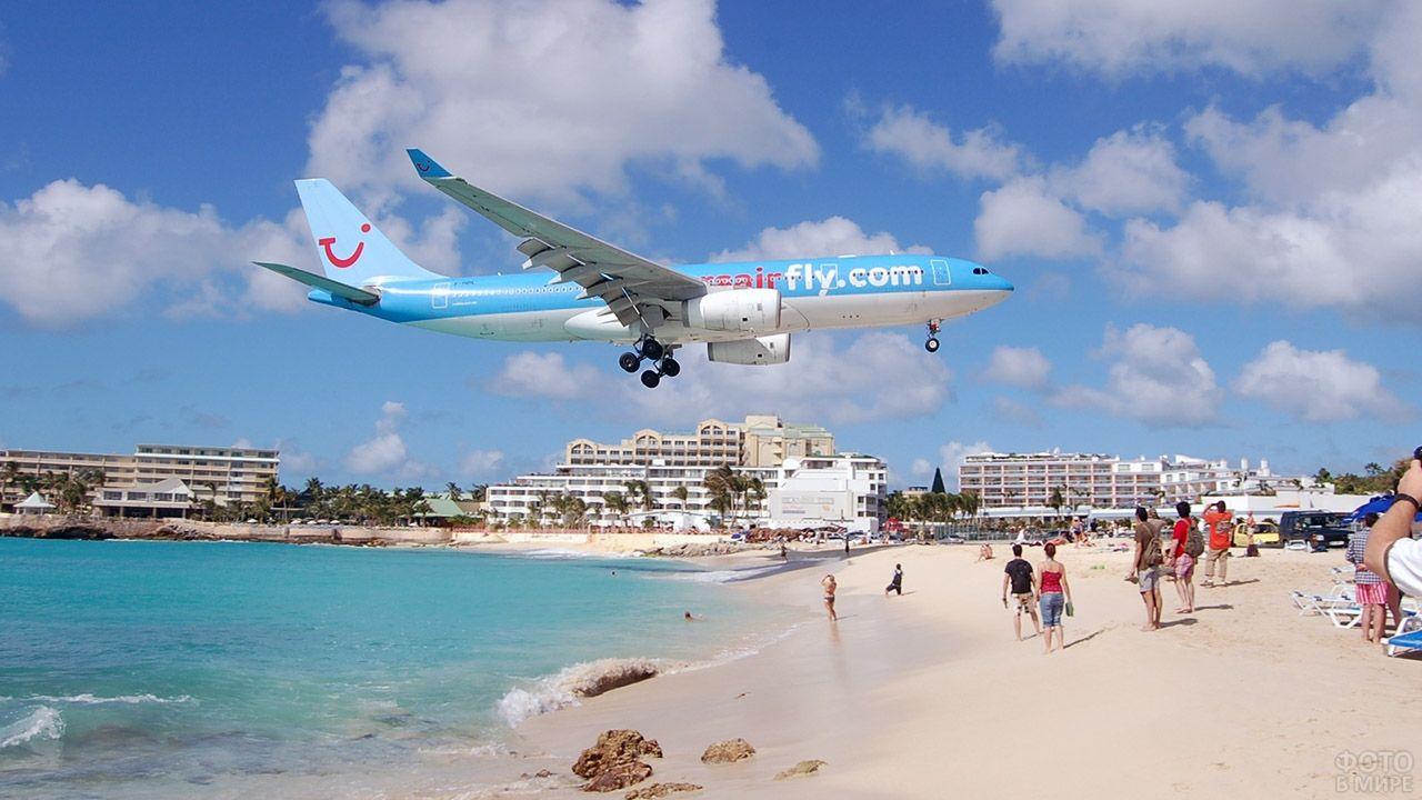 Голубой самолёт над пляжем