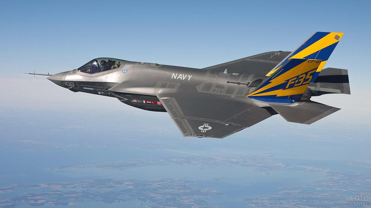 Истребитель F-35 над линией горизонта