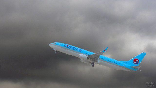 Ярко-голубой самолёт корейской авиакомпании