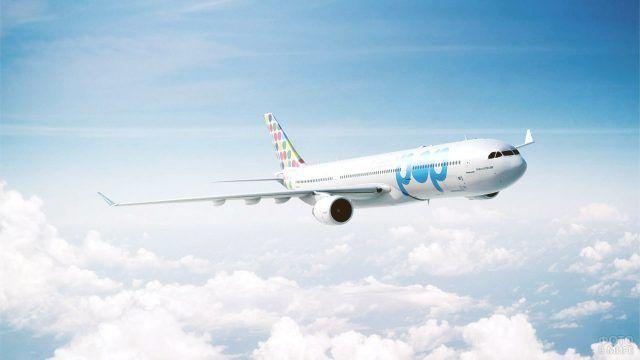 Красивый пассажирский самолёт в пёстрой ливрее