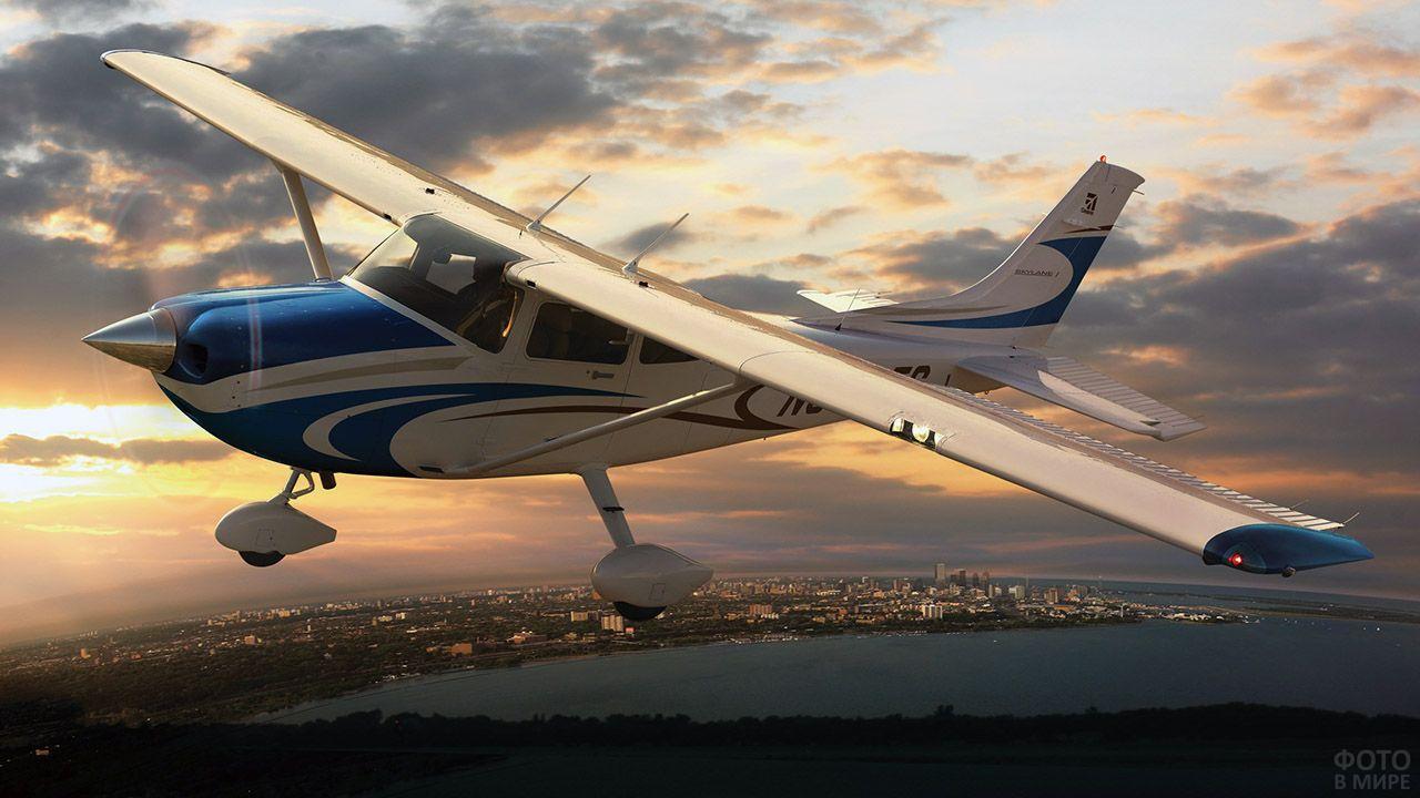 Лёгкий самолёт в вечернем небе