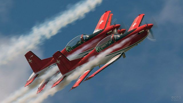 Пара красных спортивных самолётов на соревнованиях