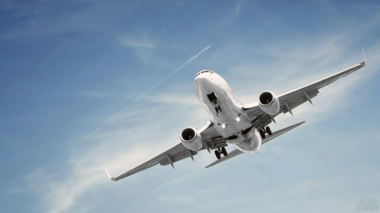 Парящий в голубом небе самолёт