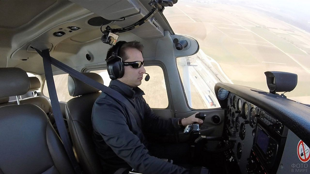 Пилот гражданской авиации в бизнес-джете