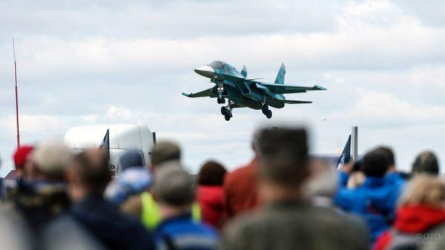 Показательный полёт СУ-34 над головами зрителей