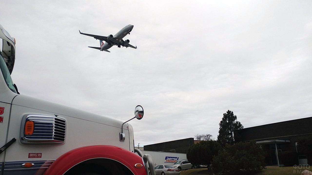 Реактивный самолёт идёт на посадку