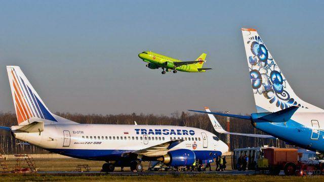 Российский самолёт над аэропортом
