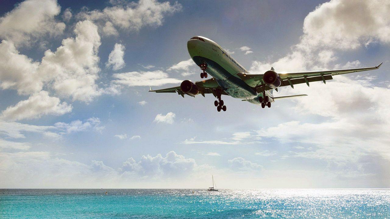 Самолёт над морем