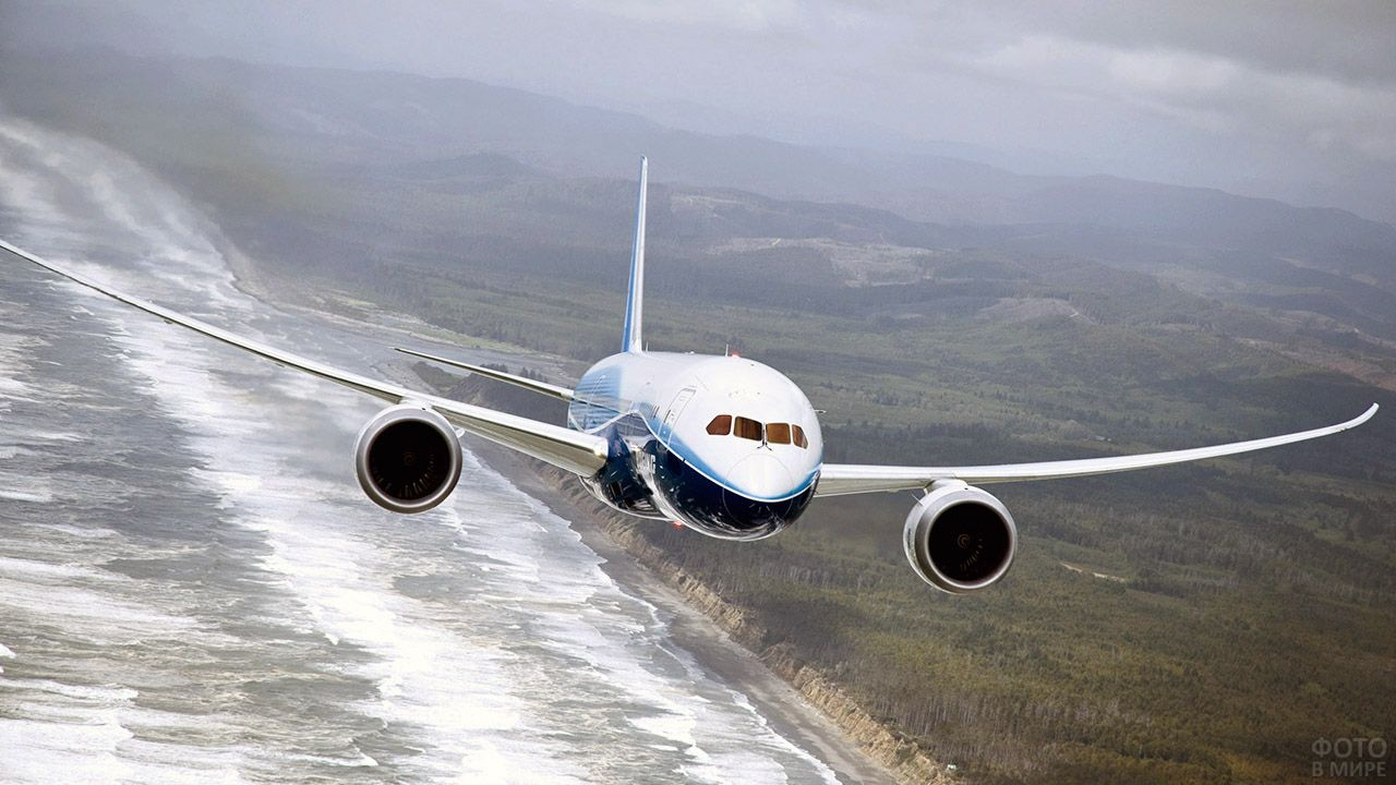 Самолёт над побережьем