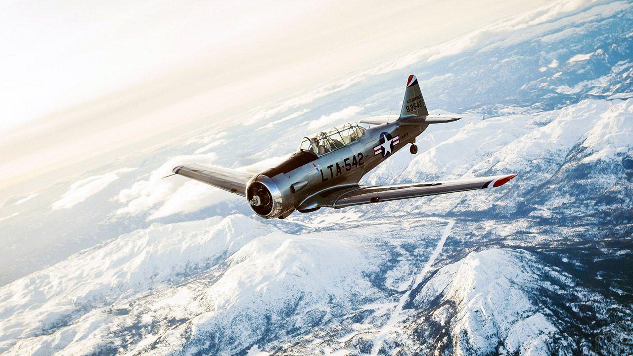 Самолёт времён второй мировой войны в небе