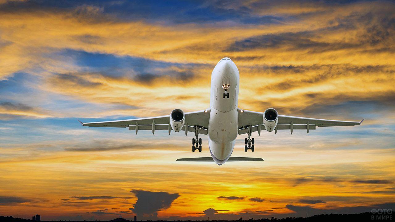 Самолёт взлетает на фоне красивого заката