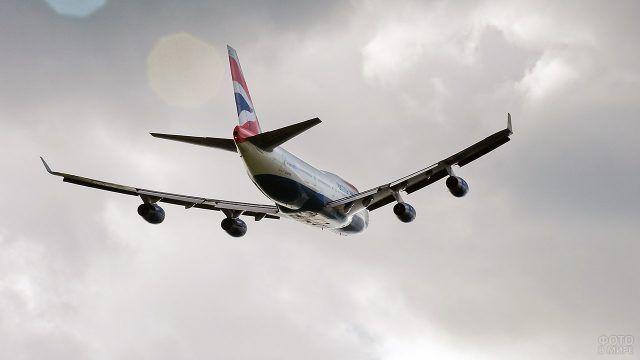 Самолёт взлетает в пасмурную погоду