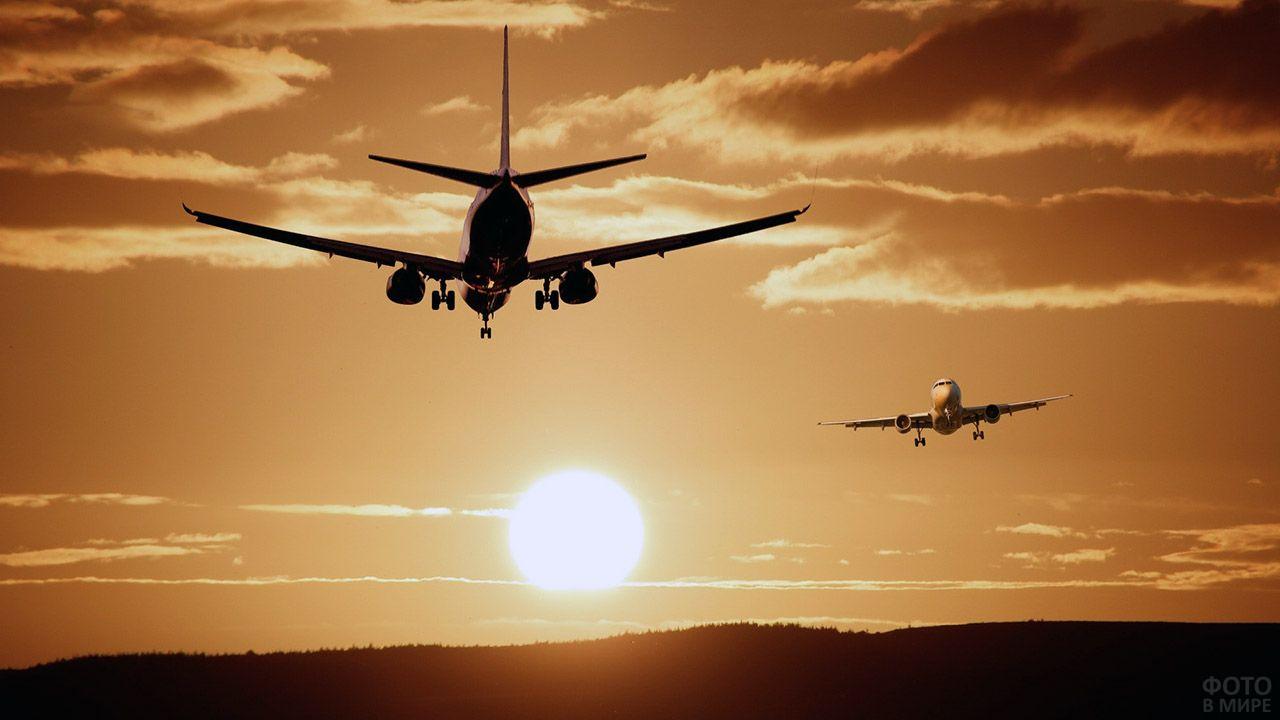 Самолёты пассажирских авиалиний в закатном небе