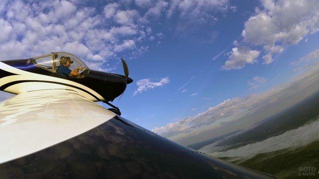 Съёмка учебного полёта с крыла лёгкого двухместного самолёта