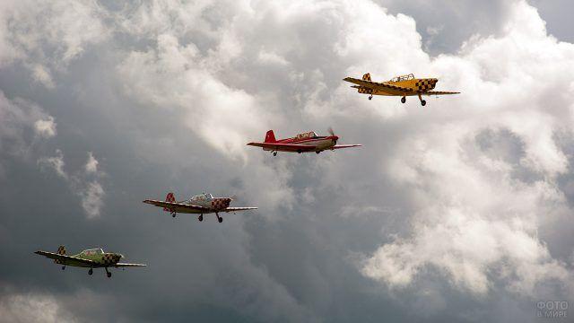 Три лёгких самолёта в небе
