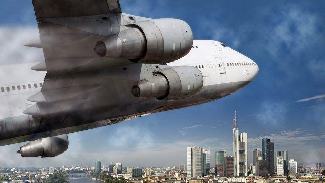 Турбины самолёта пролетающего над городом