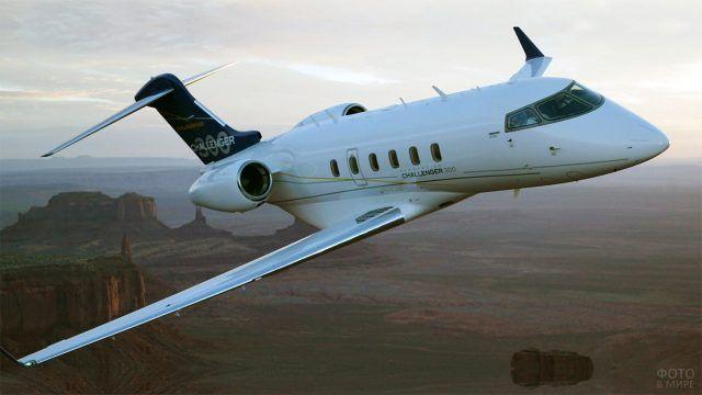 Вираж частного самолёта над линией горизонта