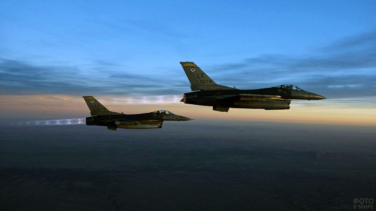 Военные самолёты в вечернем небе