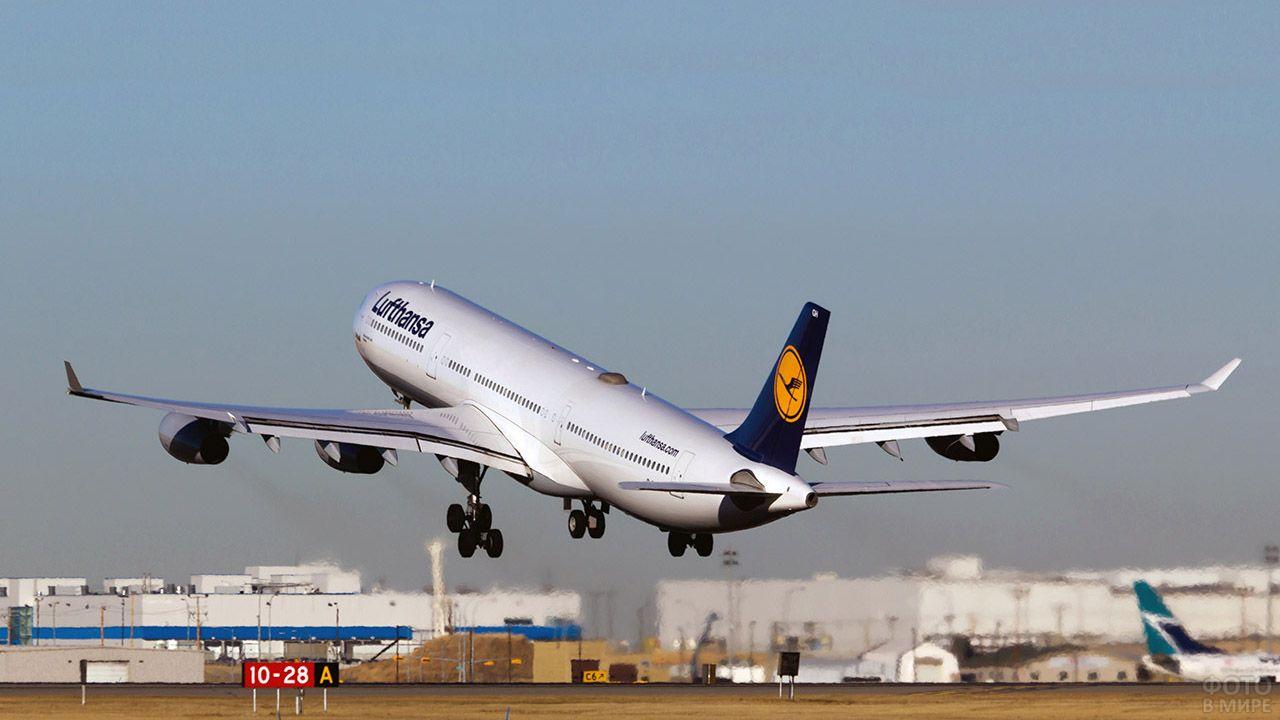 Взлетающий Аэробус немецкой авиакомпании