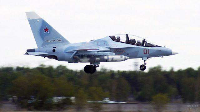 Взлетающий ЯК-130 ВВС России
