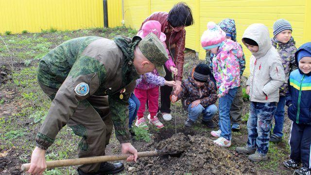Дети при посадке мини-парка на территрии их детского сада