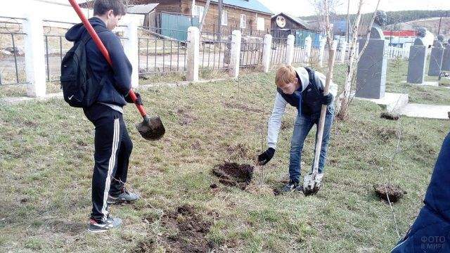 Посадка деревьев для Аллеи Героев в якутском селе