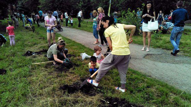 Посадка деревьев жителями города в ходе экологического флешмоба