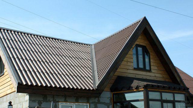 Крыша из современного крашенного в массе шифера