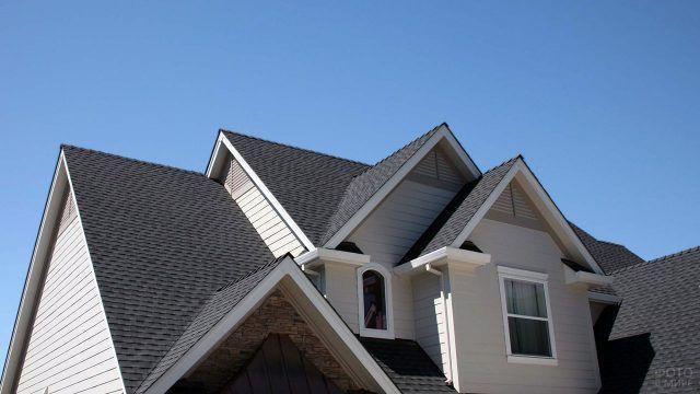 Многощипцовая комбинированная крыша современной дачи