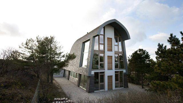 Необычный дом в голлландском стиле с супер-высокой монсардной крышей
